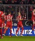 Robert Lewandowski es felicitado por sus compañeros luego de anotar el primer gol. (Foto Prensa Libre: EFE)