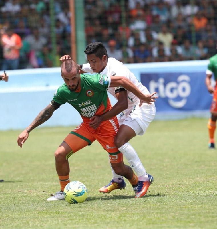 Pablo Mingorance domina el balón ante la marca de Óscar Mejía. (Foto Prensa Libre: Francisco Sánchez)