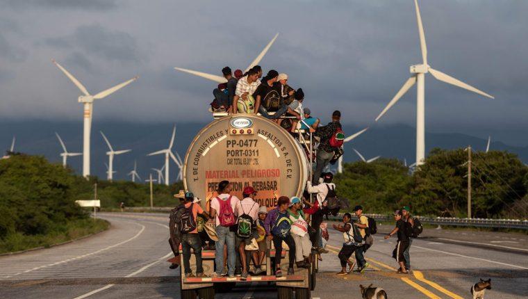 Un camión con migrantes centroamericanos viaja por una carretera entre Santiago Niltepec y Juchitan, Oaxaca, México. (Foto Prensa Libre: AFP)