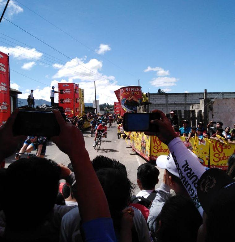 Stephan Bakker no pudo controlar su bicicleta y pasa de largo en la última curva de la novena etapa de la 58 Vuelta a Guatemala. (Foto Prensa Libre: Norvin Mendoza)
