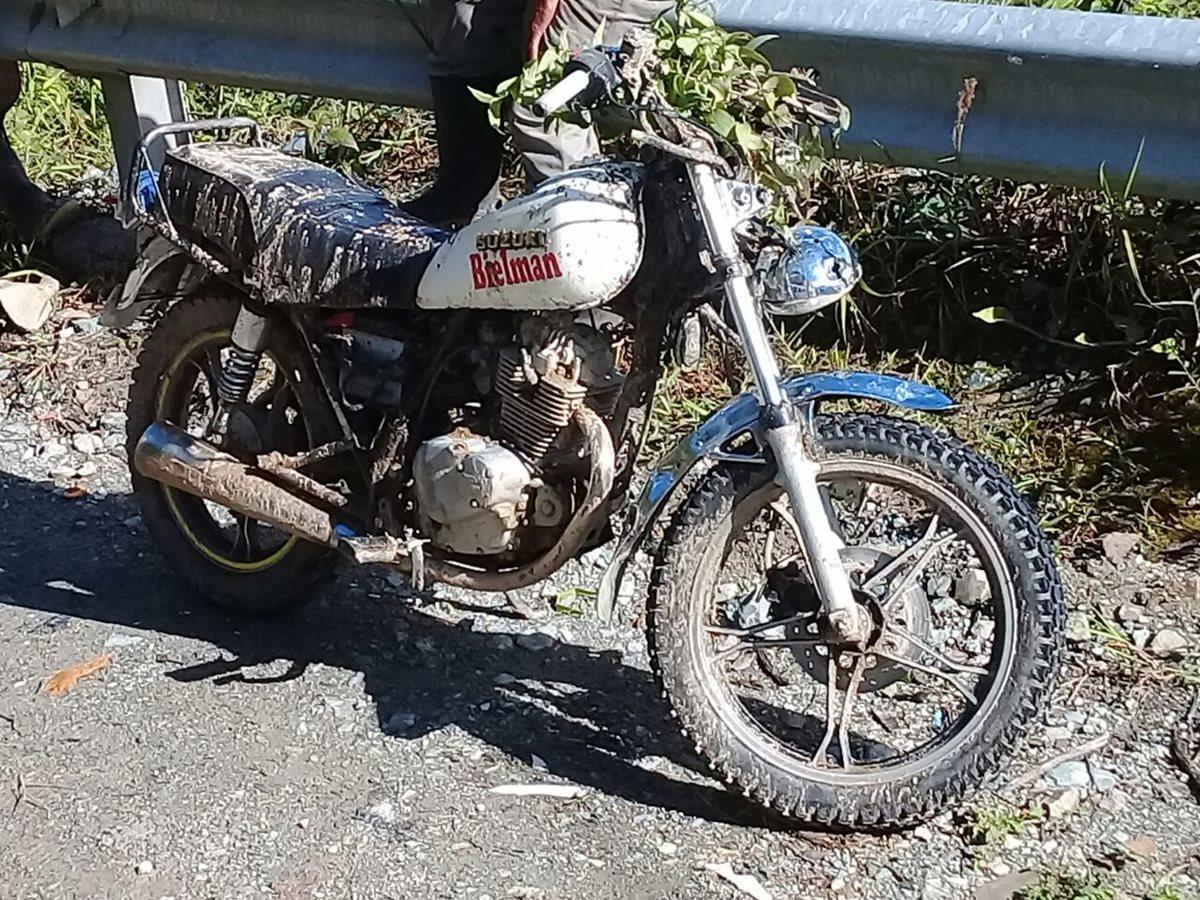 Una motocicleta en la que viajaba un hombre fue afectada por el derrumbe en Chajul, Quiché. (Foto Prensa Libre: Héctor Cordero)
