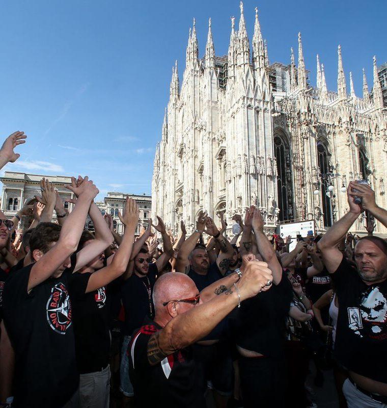 Los aficionados del Milán acudieron a recibir a su nuevo ídolo, el argentino Gonzalo Higuaín. (Foto Prensa Libre: AFP)