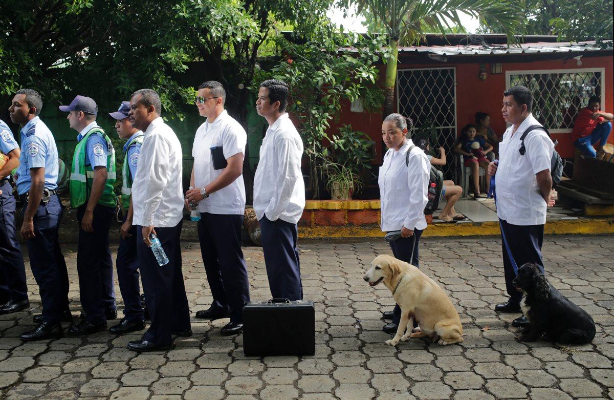 """Policías de la Unidad K9 llegan a la Conferencia Episcopal de Nicaragua antes del llamado encuentro de """"diálogo nacional"""" entre los obispos católicos del país centroamericano, el presidente nicaragüense Daniel Ortega y la oposición. (AFP)."""