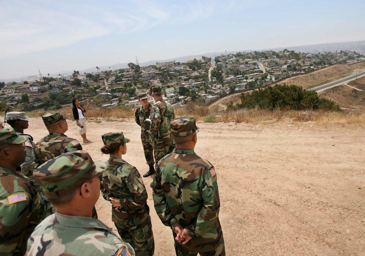 Efectivos de la Guardia Nacional observan hacia Tijuana en México, frontera con Estados Unidos cerca a Otay Mesa, California.(Foto Prensa LIbre:EFE).