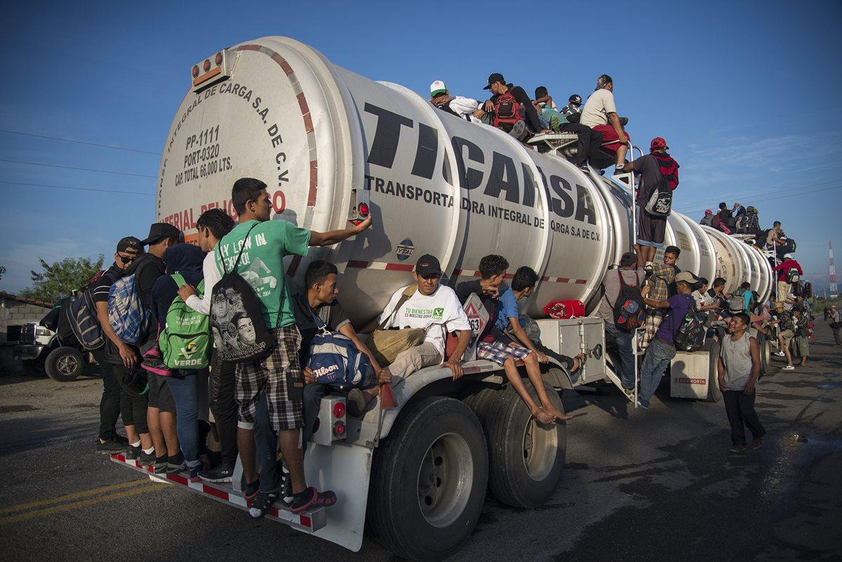 Integrantes de la caravana de migrantes centroamericanos se preparan para su salida desde Tepatepec hacia la localidad de Niltepec, en el estado de Oaxaca, México. (Foto Prensa Libre: EFE)