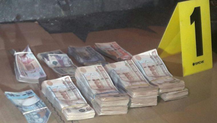 Detenidas por llevar unos Q75 mil en efectivo. (Foto Prensa Libre: PNC)