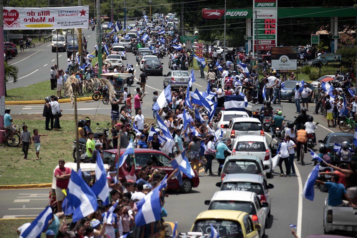 Nicaraguenses participan en una marcha de solidaridad hacia Masaya exigiendo justicia, democracia y la salida del presidente Daniel Ortega, en Masaya, Nicaragua. (Foto Prensa Libre:AFP).