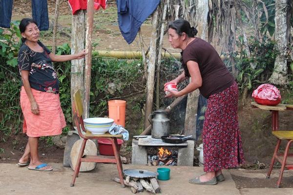 """Familias afectadas en El Quetzal, en San Marcos sobreviven cocinando a la intemperie tras el sismo que azotó a Guatemala. (Foto Prensa Libre: Alexander Coyoy)<br _mce_bogus=""""1""""/>"""
