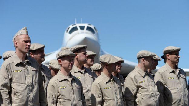 Personal de la Fuerza Aérea rusa en el aeropuerto de Maiquetía, en Caracas. AFP