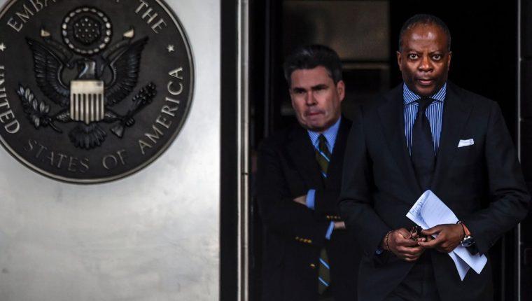 Todd D. Robbinson, encargado de Negocios de la Embajada de los Estados Unidos en Venezuela al salir de una conferencia de prensa en Caracas, Venezuela. (Foto Prensa Libre: AFP)