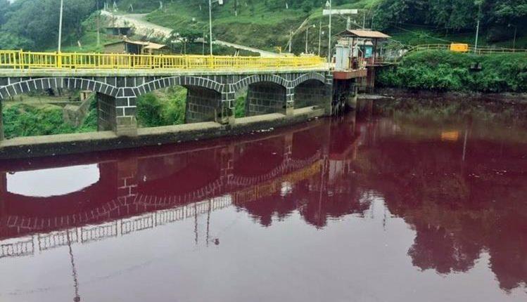 El afluente teñido de rojo alarmó a pobladores de Quetzaltenango y Retalhuleu. (Foto Prensa Libre: Hemeroteca PL)