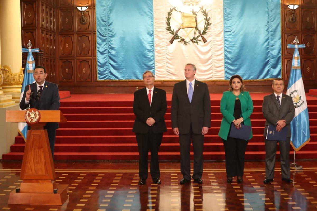 Presidente Jimmy Morales da un discurso en compañía del Consejo Nacional de Seguridad. (Foto Prensa Libre: Esbin García)