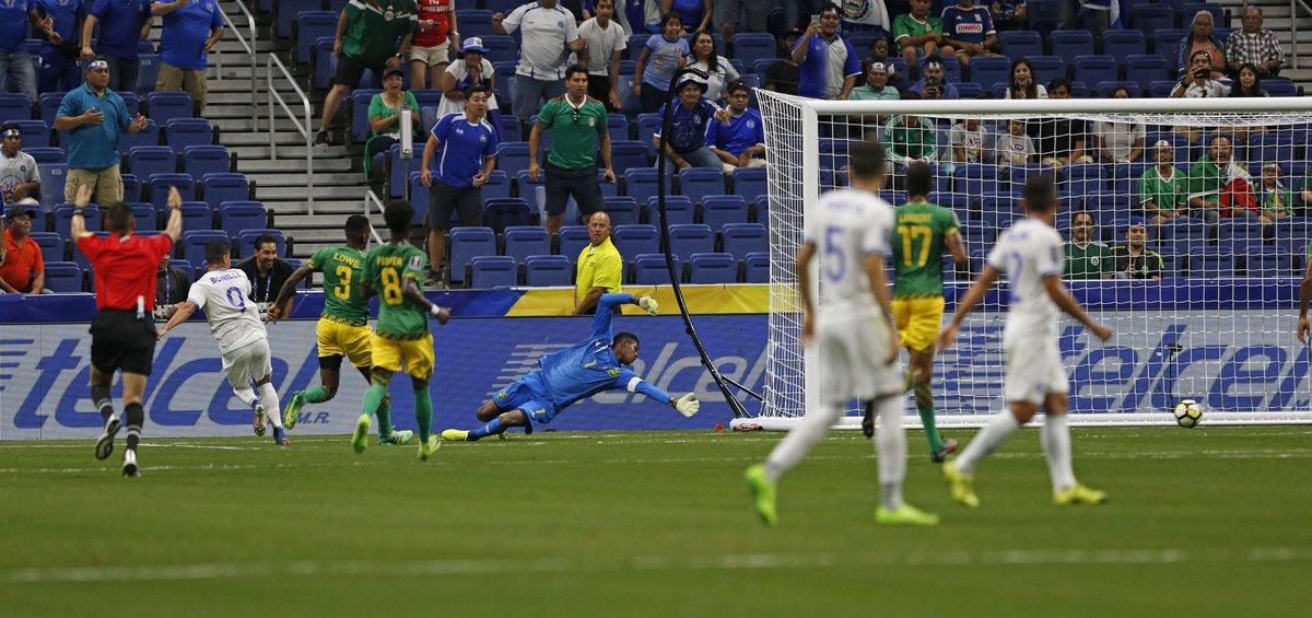 Andre Blake, portero de Jamaica, no puede detener el remate del delantero Nelson Bonilla de El Salvador, quien marcó el primer tanto del juego (Foto Prensa Libre: AfP)