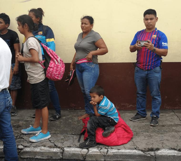 Un grupo de inmigrantes hondureños espera ingresar a la Casa del Migrante en la zona 1 capitalina. (Foto Prensa Libre: Érick Ávila)