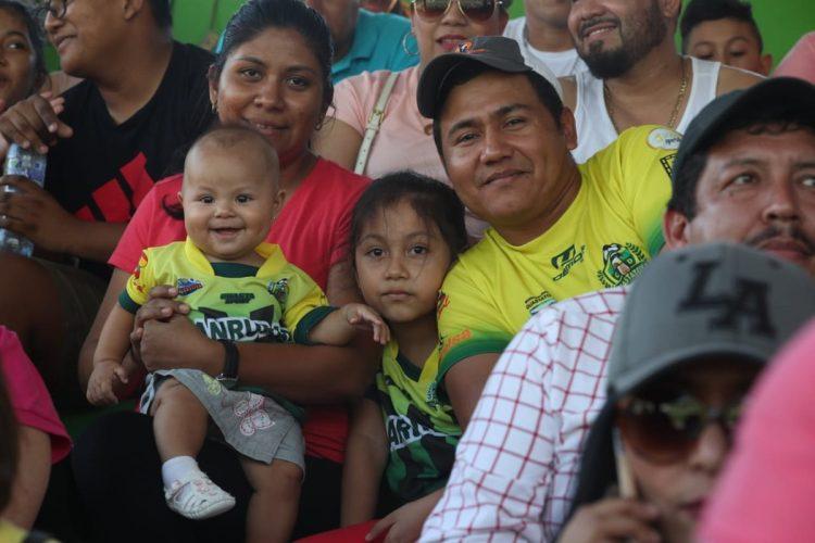 No podía faltar la familia en el estadio. (Foto Prensa Libre: Francisco Sánchez)