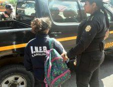 La menor de 14 años fue detenida con el arma utilizada en el ataque en la zona 19. (Foto Prensa Libre: Estuardo Paredes)