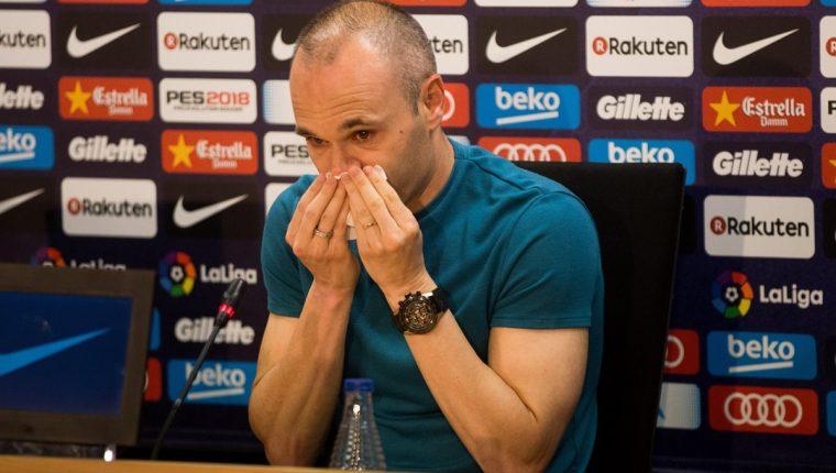 El capitán del FC Barcelona, Andrés Iniesta, durante la rueda de prensa que ha ofrecido en la ciudad deportiva Joan Gamper. (Foto Prensa Libre: EFE)
