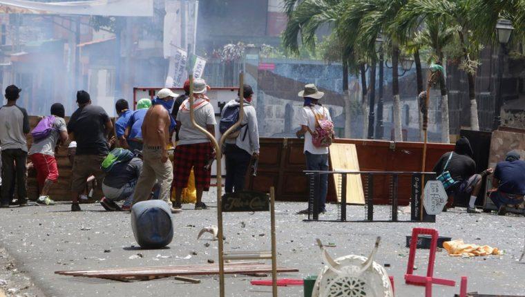 Los manifestantes han colocado barricadas y bloquean el libre tránsito de personas y mercancías en varios puntos de Nicaragua. (Foto Prensa Libre: AFP)