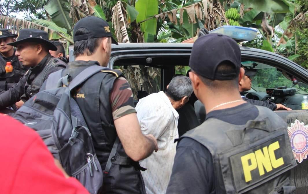 Policías ayudan abordar a Juan Francisco Díaz López, de 65 años, a la autopatrulla de la PNC que los traslado al juzgado que lo requiere. (Foto Prensa Libre: Mario Morales)