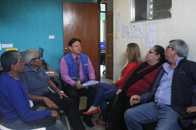 Gustavo Adolfo Ovalle, auxiliar de la PDH en Mixco, escucha a un grupo de vecinos víctima de abusos. (Foto Prensa Libre: Oscar Felipe Q.)