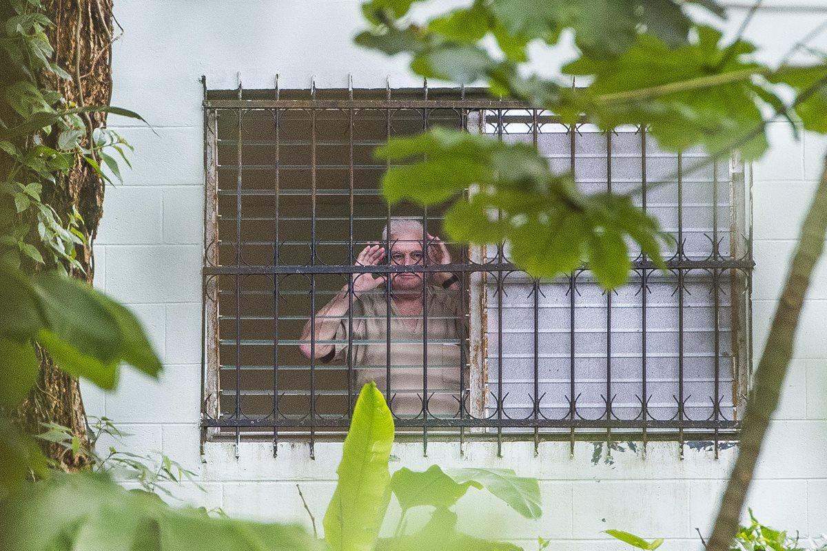 Ricardo Martinelli saluda desde la celda en la cárcel El Renacer, cerca a la capital Ciudad de Panamá, Panamá. (Foto Prensa Libre:EFE).