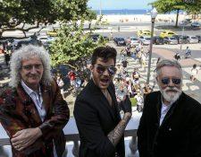 Los integrante de Queen, Brian May (izquierda) y Roger Taylor (derecha) junto a Adam Lambert (c) durante una conferencia en Río de Janeiro, Brasil. (Foto Prensa Libre: EFE)