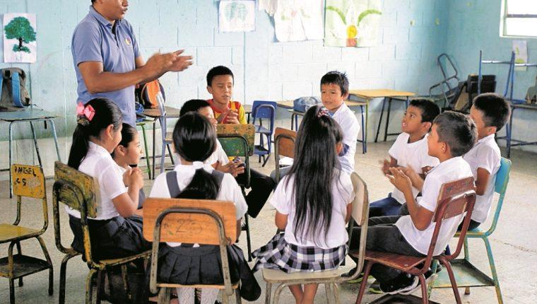 El Ministerio de Educación contratará en el renglón 011 a mil 800 maestros la próxima semana y buscará crear un banco de aspirantes para las plazas por contrato. (Foto Prensa Libre: Hemeroteca PL)