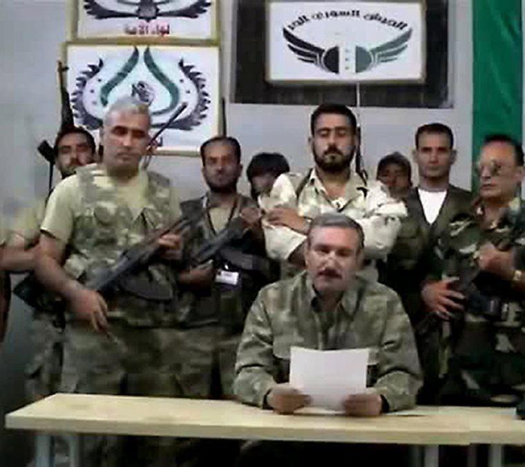 Captura de un video subido a la red social YouTube donde aparecen miembros del Ejército Libre Sirio el 22 de septiembre de 2012. (Foto: AFP)