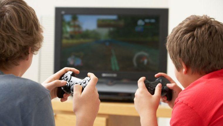Los padres deben limitar el tiempo en que los pequeños pasan jugando videojuegos.