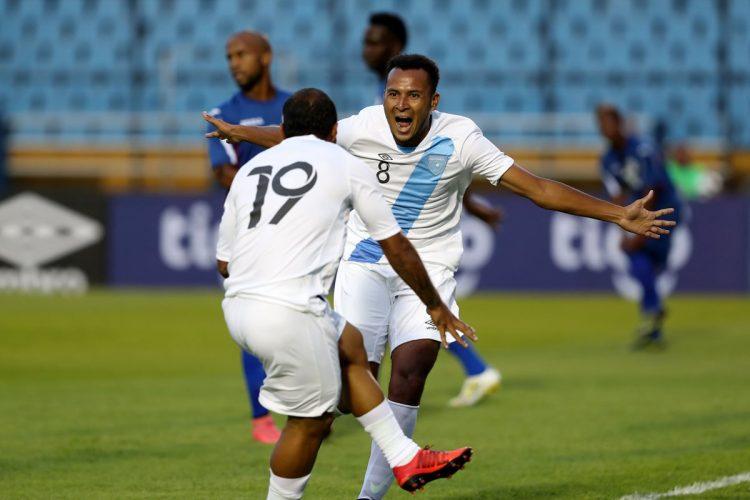 José Márquez festeja con Kevin Ruano el primer gol de la Bicolor. (Foto Prensa Libre: Carlos Vicente).