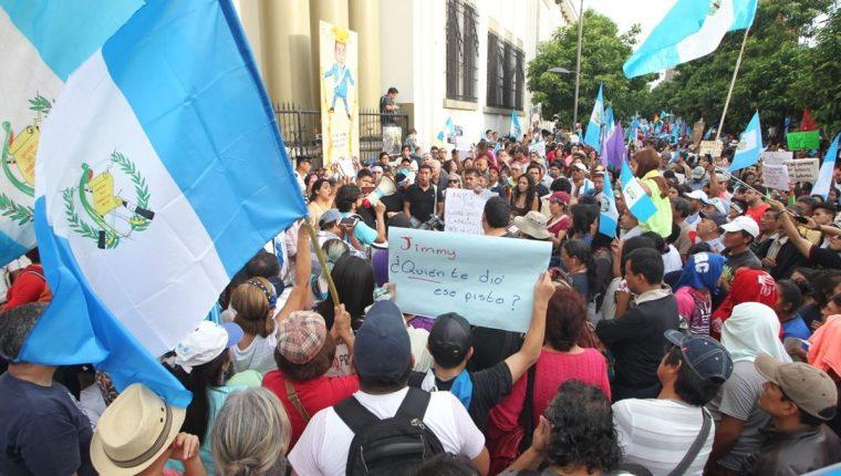 Frente a Casa Presidencial concluye la manifestación en contra de Jimmy Morales. (Foto Prensa Libre: Erick Avila)