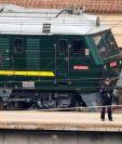 El tren pudo ser visto fuertemente custodiado por policías. REUTERS