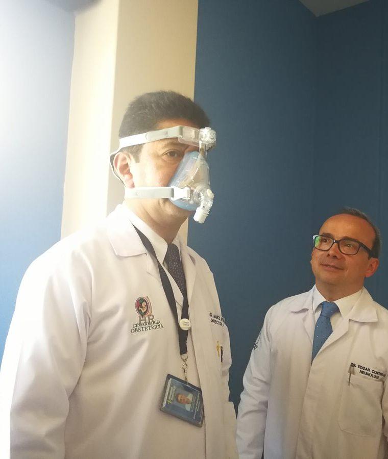 El director del Hospital Roosevelt, Marco Antonio Barrientos, hace la desmostración de los aparatos con los cuales se monitorea el sueño de los pacientes. (Foto Prensa Libre: Ana Lucía Ola)