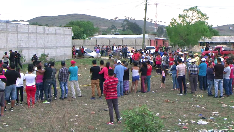 Curiosos observan cadáver de menor ultimado en la colonia Bosques de Viena, Jalapa. (Foto Prensa Libre: Hugo Oliva)