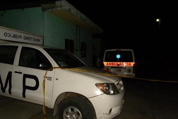 Autoridades trabajan en la vivienda donde fue encontrado el cadáver de Rigoberto Palma, en San Antonio Suchitepéquez. (Foto Prensa Libre: Omar Méndez)