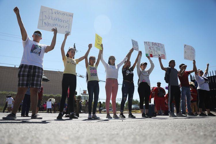 Personas protestaron por la separación de familias de inmigrantes encarcelados y niños detenidos en El Paso, Texas, Estados Unidos.