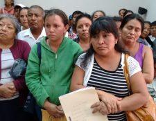 Familiares de pacientes renales solicitan al Juzgado Sexto de Instancia Penal ser agregados como querellantes. Foto Prensa Libre: Paulo Raquec