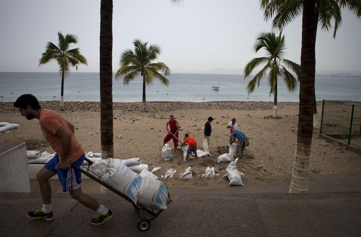 Pobladores evacúan áreas vulnerables. (Foto Prensa Libre: AP).