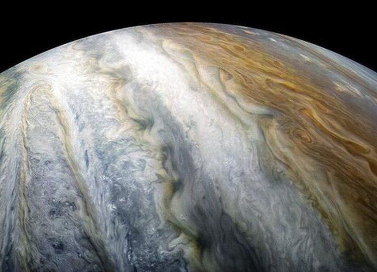 Después de décadas de debate, ahora sabemos que estos flujos de bandas se extienden a tres mil kilómetros de profundidad. Foto: NASA/JPL-Caltech/SwRI/MSSS/Kevin M. Gill