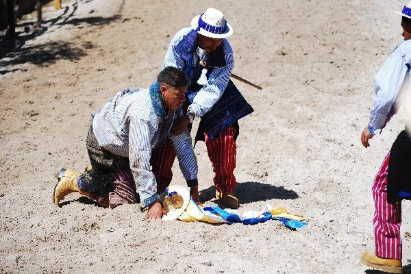 Jinete es auxiliado luego de haberse caído del caballo.