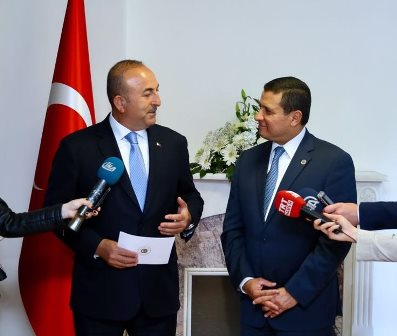 Cancilleres de Turquía y Guatemala, Mevlut Cavusoglu y Carlos Raúl Morales en la inauguración de la embajada en la ciudad de Ankara. (Foto Prensa Libre: Minex)