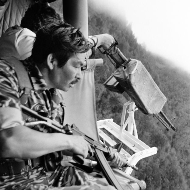 Soldados guatemaltecos se preparan para disparar desde un helicóptero contra una comunidad maya, cerca de Santa Cruz del Quiché, en 1982. GETTY IMAGES