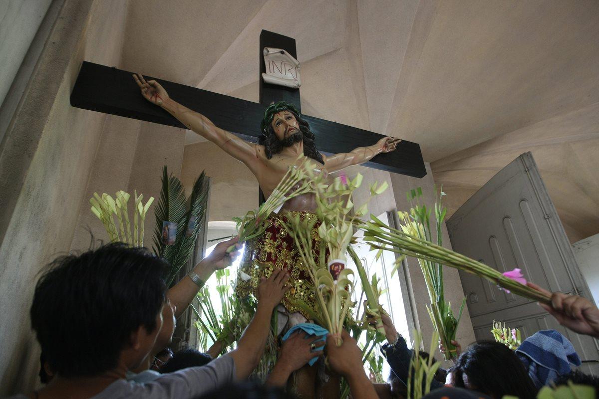 La cruz pasó de ser de un signo de muerte a uno de vida. Veneración en Filipinas. (Foto: EFE)