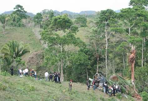 El helicóptero cayó en una zona boscosa de San Luis, Petén. (Foto Prensa Libre: Edwin Perdomo)