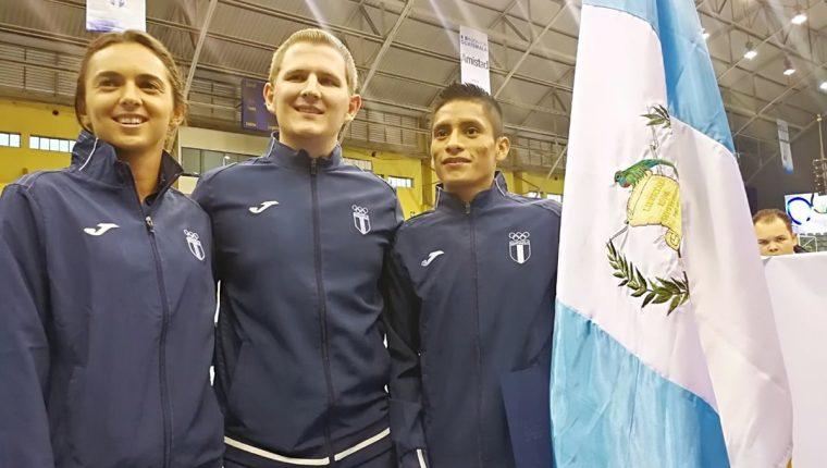 Thomas Flossbach abanderado guatemalteco en Barranquilla 2018 posa junto a los escoltas Andrea Weedon y Mario Pacay. (Foto Prensa Libre: Carlos Vicente)