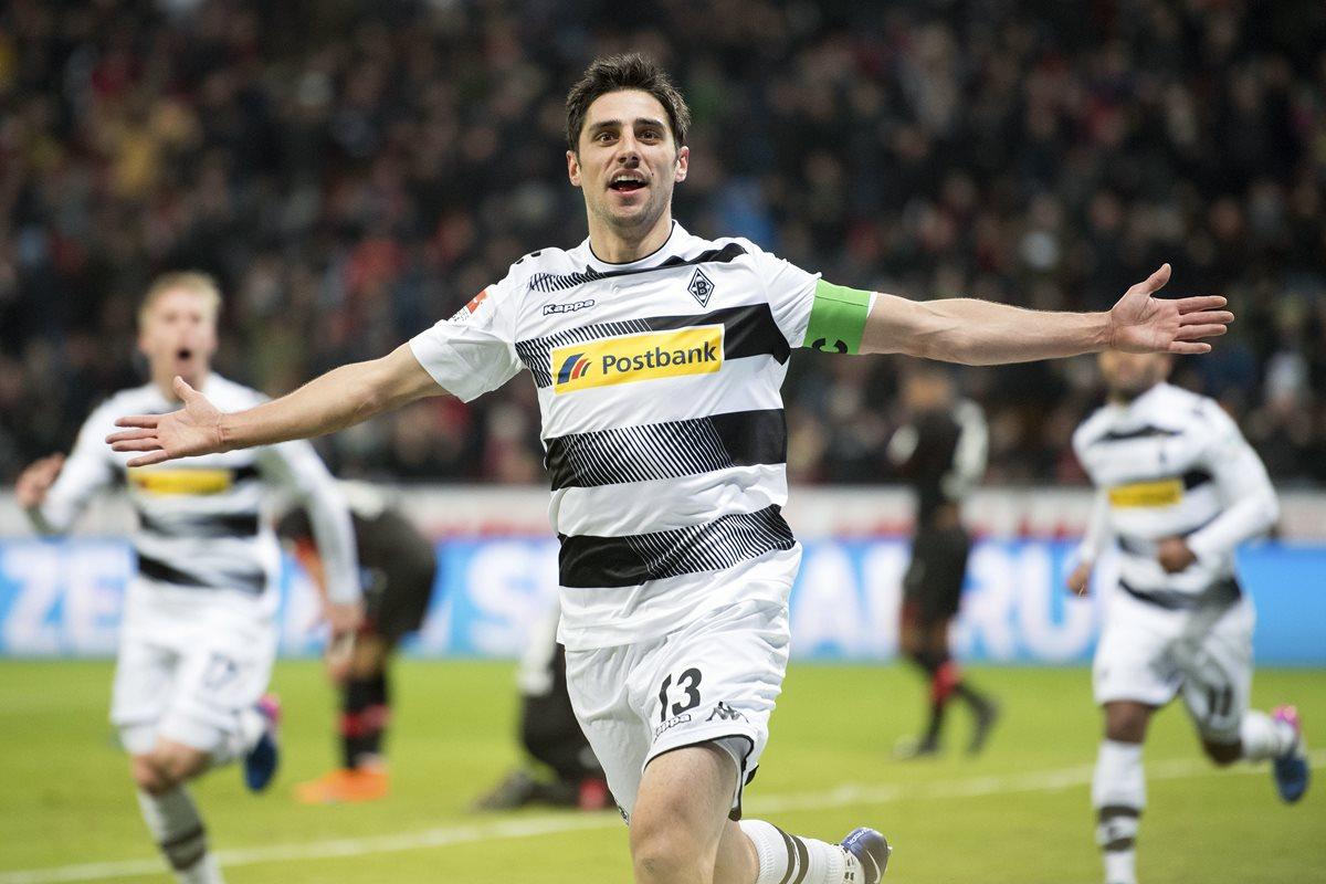Lars Stindl, del Borussia, festeja después de anotarle al Leverkusen. (Foto Prensa Libre: AP)