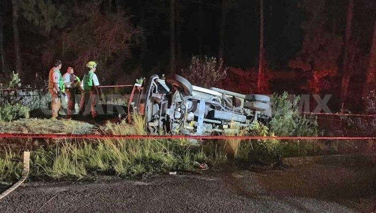 El vehículo donde se transportaban guatemaltecos migrantes volcó en una carretera de Chiapas. (Foto Prensa Libre: Cuarto Poder)