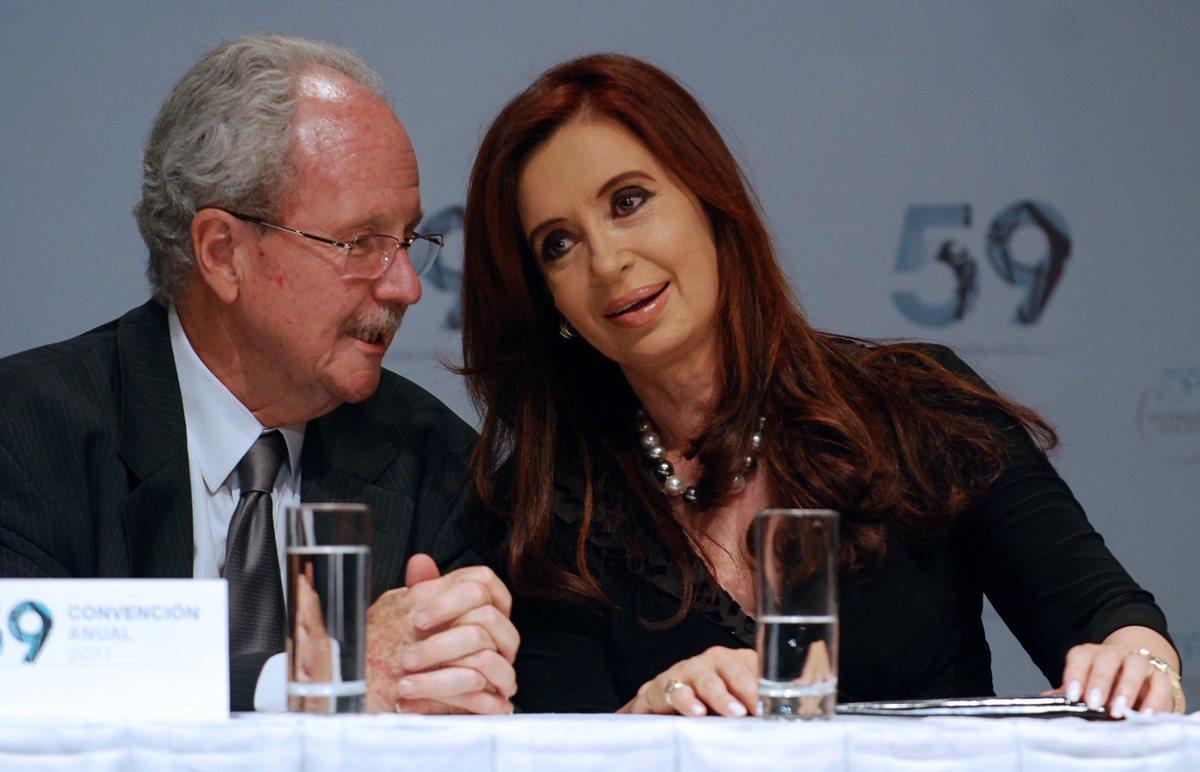 Foto de archivo el 29 de noviembre de 2011 muestra Cristina Kirchner junto al entonces presidente de la Cámara Argentina de la Construcción Carlos Wagner. (AFP).