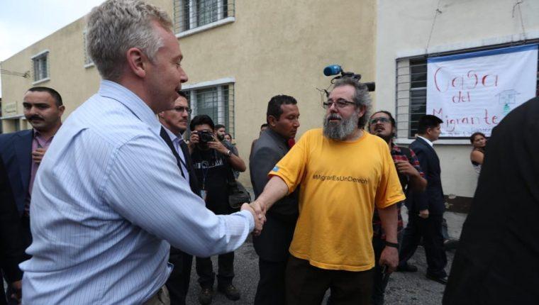 El ministro consejero de la embajada de Estados Unidos, David Hudge se reunió la tarde de este miércoles con el padre Mauro Verceletti del Centro de Atención del Migrante. (Foto Prensa Libre: Esbin García)