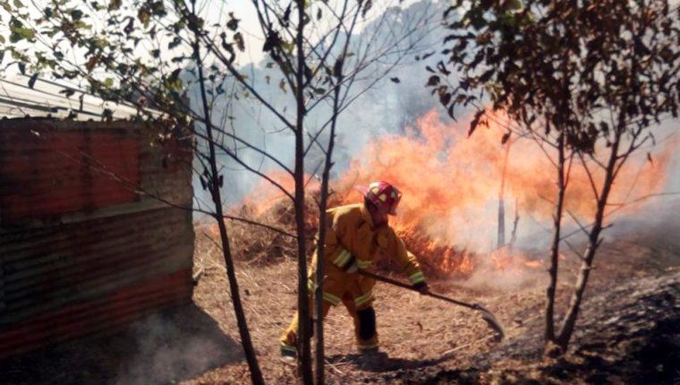Bomberos intentan sofocar incendio en Pasanep Bajo, Sacapulas, Quiché. (Foto Prensa Libre: Óscar Figueroa)